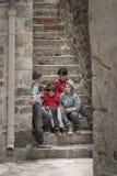 Ομάδα παιδιών στην παλαιά πόλη Kotor στοκ εικόνες