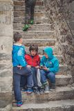 Ομάδα παιδιών στην παλαιά πόλη Kotor στοκ φωτογραφία με δικαίωμα ελεύθερης χρήσης