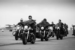 Ομάδα ποδηλατών που συλλέγουν σε Timisoara Airshow Στοκ φωτογραφίες με δικαίωμα ελεύθερης χρήσης