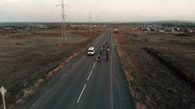 Ομάδα ποδηλατών moto στην εθνική οδό ασφάλτου εναέρια όψη φιλμ μικρού μήκους