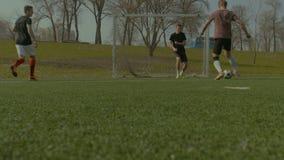Ομάδα ποδοσφαίρου που σημειώνει έναν στόχο κατά τη διάρκεια του αγώνα κατάρτισης φιλμ μικρού μήκους