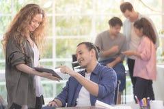 Ομάδα ποικιλομορφίας της νέας γενιάς των επιχειρηματιών που εργάζονται από κοινού στοκ φωτογραφίες