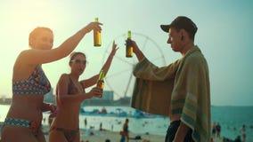 Ομάδα πορτρέτου γυαλιών κουδουνίσματος νέων στην παραλία στο ηλιοβασίλεμα φιλμ μικρού μήκους