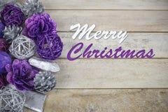Ομάδα πορφυρής και ασημένιας διακόσμησης Χριστουγέννων σε ένα ξύλινο υπόβαθρο με το κείμενο στην αγγλική Χαρούμενα Χριστούγεννα ` στοκ φωτογραφίες με δικαίωμα ελεύθερης χρήσης