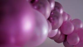 Ομάδα πορφυρών μπαλονιών υπό μορφή στάσεων πλοκαμιών απόθεμα βίντεο