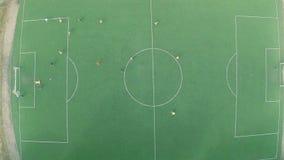 Ομάδα που παίζει το επαγγελματικό ποδόσφαιρο (ποδόσφαιρο) στην πίσσα, κατάρτιση απόθεμα βίντεο