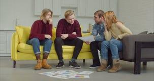 Ομάδα που συζητά το δημιουργικό πρόγραμμα κατά τη διάρκεια της διαδικασίας εργασίας απόθεμα βίντεο