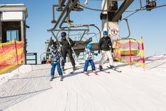 Ομάδα σκιέρ που κατεβαίνουν από έναν ανελκυστήρα μια ηλιόλουστη ημέρα Στοκ φωτογραφία με δικαίωμα ελεύθερης χρήσης
