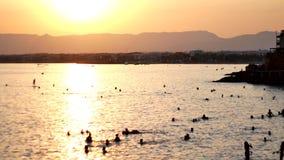 Ομάδα σκιαγραφιών ταξιδιωτικής χαράς που και που πηδά στην παραλία παραλιών στο χρόνο ηλιοβασιλέματος, υπαίθριοι άνθρωποι επιτυχί απόθεμα βίντεο