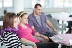 Ομάδα σπουδαστών κατά τη διάρκεια ενός φρένου Στοκ φωτογραφίες με δικαίωμα ελεύθερης χρήσης