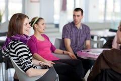 Ομάδα σπουδαστών κατά τη διάρκεια ενός φρένου Στοκ Εικόνες