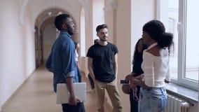 Ομάδα σπουδαστών που επικοινωνούν κατά τη διάρκεια του σπασίματος στο πανεπιστήμιο απόθεμα βίντεο
