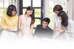 Ομάδα σπουδαστών που χρησιμοποιούν τις ιδέες μελετώντας από κοινού Στοκ φωτογραφία με δικαίωμα ελεύθερης χρήσης