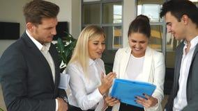 Ομάδα συναδέλφων που συζητούν τα επιχειρηματικά σχέδια απόθεμα βίντεο