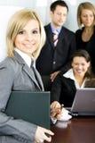 Ομάδα συναδέλφων στο γραφείο στοκ εικόνα με δικαίωμα ελεύθερης χρήσης