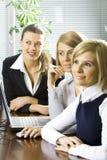 Ομάδα συναδέλφων στο γραφείο στοκ φωτογραφία με δικαίωμα ελεύθερης χρήσης
