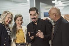Ομάδα συνεργατών στο γραφείο που παίρνει selfie στοκ εικόνες με δικαίωμα ελεύθερης χρήσης