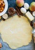 Ομάδα συστατικών για το ψήσιμο, ακατέργαστη ζύμη για την πίτα, καρυκεύματα, appl Στοκ Φωτογραφίες