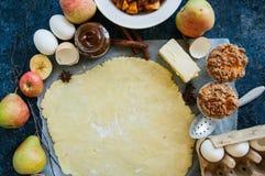 Ομάδα συστατικών για το ψήσιμο, ακατέργαστη ζύμη για την πίτα, καρυκεύματα, appl Στοκ Εικόνες