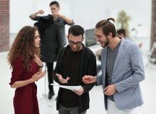 Ομάδα σχεδιαστών που συζητούν τα σκίτσα Στοκ Φωτογραφία