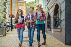Ομάδα ταξιδιού παιδιών στην Ευρώπη Έννοια τουρισμού και διακοπών Στοκ Εικόνες