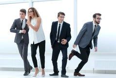 Ομάδα ταραγμένων νέων επιχειρηματιών που περπατούν στο διαφορετικό directi στοκ εικόνα με δικαίωμα ελεύθερης χρήσης