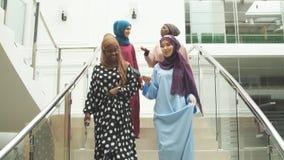 Ομάδα τεσσάρων μουσουλμανικών κοριτσιών που περπατούν στα σκαλοπάτια της λεωφόρου αγορών φιλμ μικρού μήκους