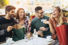 Ομάδα τεσσάρων φίλων που έχουν τη διασκέδαση ένας καφές από κοινού Στοκ Φωτογραφία