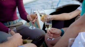 Ομάδα τεσσάρων φίλων που καταψύχουν σε ένα γιοτ πλέοντας τη θάλασσα που δίνει τις ομιλίες και που πίνει τη σαμπάνια φιλμ μικρού μήκους