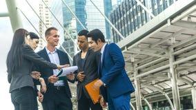 Ομάδα της έξυπνης συζήτησης ανδρών και γυναικών επιχειρηματιών Στοκ Φωτογραφίες