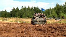 Ομάδα της ομάδας strikeball με submachine μηχανών τα πυροβόλα όπλα στη στρατιωτική δεξαμενή φιλμ μικρού μήκους