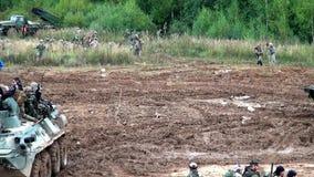 Ομάδα της ομάδας strikeball με submachine μηχανών τα πυροβόλα όπλα στο panze φιλμ μικρού μήκους