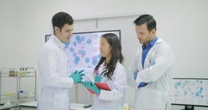 Ομάδα της συζήτησης επιστημόνων ιατρικής έρευνας τα συμπεράσματά τους στο εργαστήριο απόθεμα βίντεο