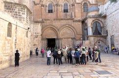 Ομάδα τουριστών που ακούνε τον οδηγό στην είσοδο της εκκλησίας του ιερού Sepulcher στοκ εικόνα με δικαίωμα ελεύθερης χρήσης