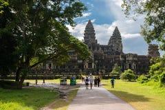 Ομάδα τουριστών που περπατούν προς το διάσημο ναό Angkor Wat Στοκ Εικόνες