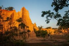 Ομάδα τουριστών στο αρχαίο φυσικό τοπίο στο ηλιοβασίλεμα Η περιοχή NA Noi Σάο DIN επιδεικνύει το γραφικό τοπίο του διαβρωμένου ψα στοκ εικόνες με δικαίωμα ελεύθερης χρήσης