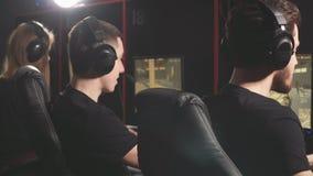 Ομάδα του eSport Gamers που παίζει τα τηλεοπτικά παιχνίδια σε έναν διαγωνισμό παιχνιδιών cyber απόθεμα βίντεο