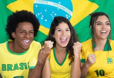Ομάδα τριών ενθαρρυντικών βραζιλιάνων ανεμιστήρων ποδοσφαίρου στοκ φωτογραφία με δικαίωμα ελεύθερης χρήσης
