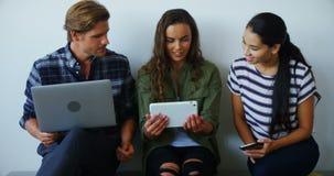 Ομάδα των ανώτερων υπαλλήλων που χρησιμοποιούν τις ηλεκτρονικές συσκευές φιλμ μικρού μήκους