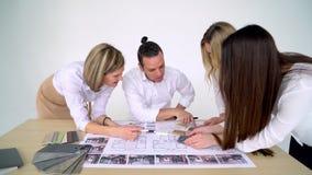 Ομάδα των αρχιτεκτόνων που εργάζονται στην αρχή απόθεμα βίντεο