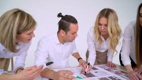 Ομάδα των αρχιτεκτόνων που εργάζονται στο πρόγραμμα απόθεμα βίντεο