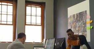 Ομάδα των γραφικών σχεδιαστών που εργάζονται στο γραφείο 4k απόθεμα βίντεο