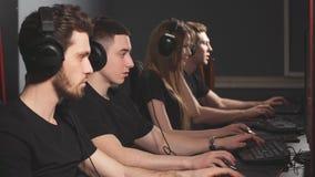 Ομάδα των διαφορετικών gamers eSport που παίζει τα τηλεοπτικά παιχνίδια σε έναν διαγωνισμό παιχνιδιών cyber φιλμ μικρού μήκους