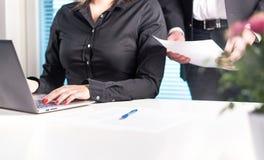 Ομάδα των δικηγόρων ή των επιχειρηματιών που εργάζονται από κοινού στοκ φωτογραφίες