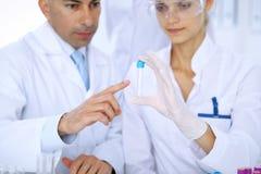 Ομάδα των επιστημονικών ερευνητών στο εργαστήριο που μελετά τις ουσίες ή το δείγμα αίματος Νέο εμβόλιο για τη φαρμακολογία indust Στοκ φωτογραφία με δικαίωμα ελεύθερης χρήσης