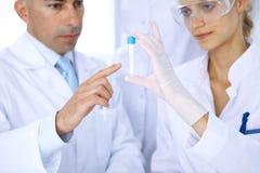 Ομάδα των επιστημονικών ερευνητών στο εργαστήριο που μελετά τις ουσίες ή το δείγμα αίματος Νέο εμβόλιο για τη φαρμακολογία indust Στοκ Εικόνες