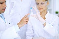 Ομάδα των επιστημονικών ερευνητών στο εργαστήριο που μελετά τις ουσίες ή το δείγμα αίματος Νέο εμβόλιο για τη φαρμακολογία indust Στοκ Φωτογραφίες