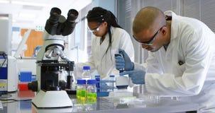 Ομάδα των επιστημόνων που πειραματίζονται μαζί 4k φιλμ μικρού μήκους
