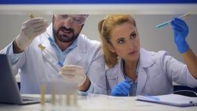Ομάδα των επιστημόνων που συγκρίνουν τις χημικές ουσίες στο εργαστήριο απόθεμα βίντεο