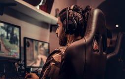 Ομάδα των εφηβικών παιχνιδιών gamers σε ένα τηλεοπτικό παιχνίδι multiplayer στο PC σε μια λέσχη τυχερού παιχνιδιού στοκ εικόνες